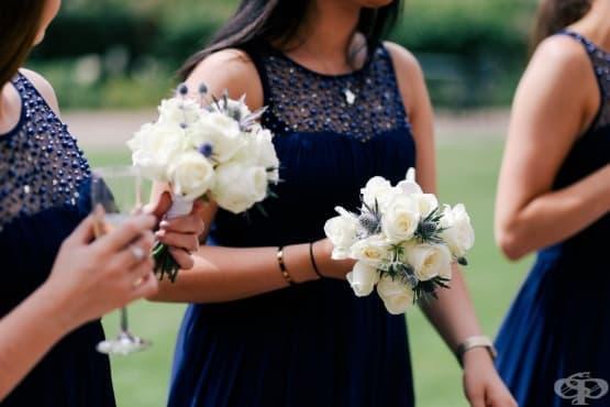 Защо шаферките носят еднакви рокли на сватбата - изображение