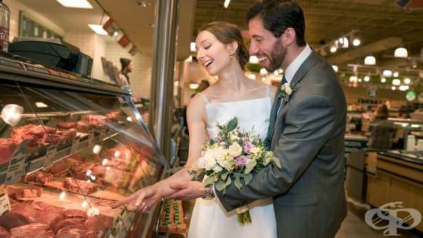 Двойка отпразнува любовта си в супермаркет - изображение