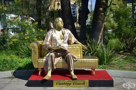 Три билборда и един златен диван в сърцето на Холивуд   - изображение