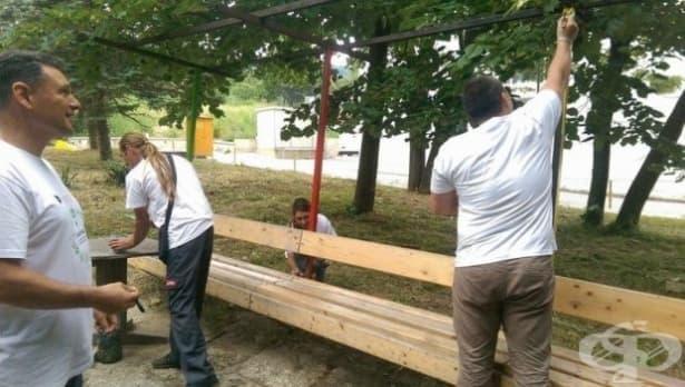 Десетки доброволци се включиха в почистването и освежаването на дворните пространства около детски клиники в страната - изображение