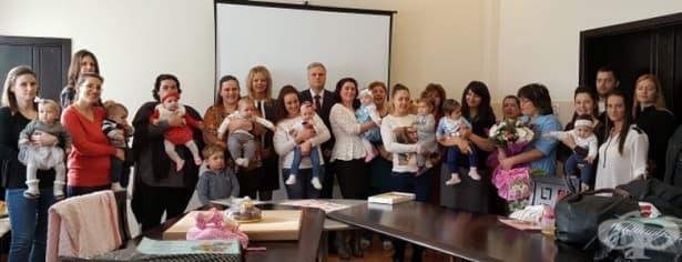 Бебетата-победители във фотоконкурса на МБАЛ - Сливен получиха своите награди     - изображение