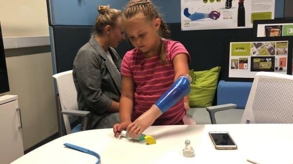 Руски инженери поставиха бионична протеза на седемгодишната Катя  - изображение