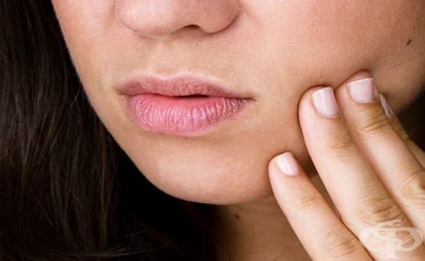 Изобретиха пластир, залепващ се от вътрешната страна на устата и лекуващ орални заболявания - изображение