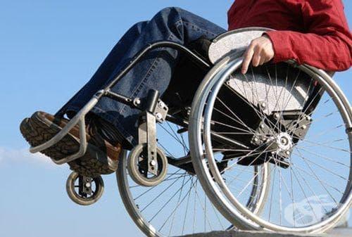 Предизвикаха министър Москов да прекара ден в инвалидна количка - изображение