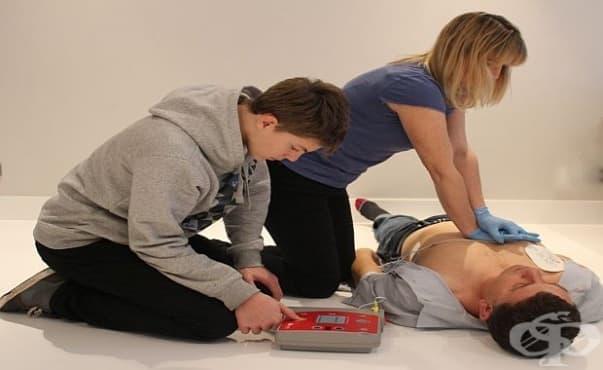 """Лекари от МОБАЛ """"Д-р Стефан Черкезов"""" обучаваха ученици как да оказват първа помощ при сърдечен арест - изображение"""