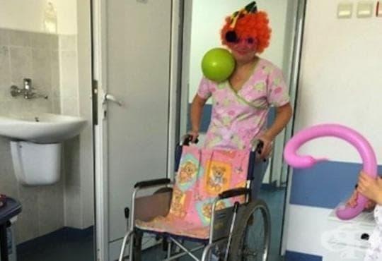 Варненска санитарка с карнавален реквизит спира плача на малките пациенти  - изображение