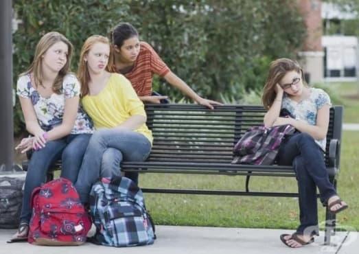 Релационна агресия и защо момичетата често я използват - изображение