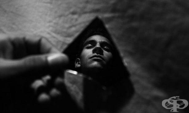 Теория за огледалото: Раните, които формират и разкъсват взаимоотношенията - изображение