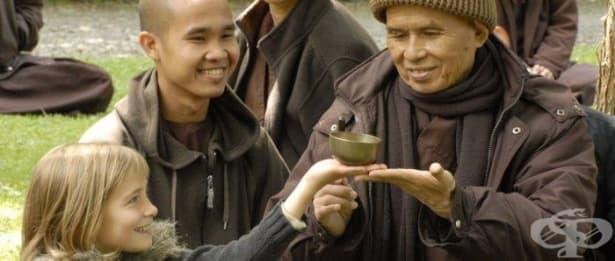 Страданието е калта, в която разцъфва лотосът на щастието: Уроци по щастие от Тик Нят Хан – част 1 - изображение