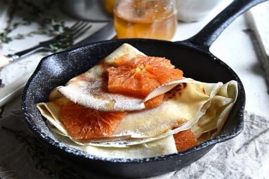 Тънки палачинки с газирана вода и карамелизирани портокали - изображение