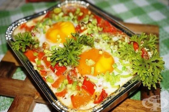 Сирене на фурна с печени чушки, домати и яйца - изображение