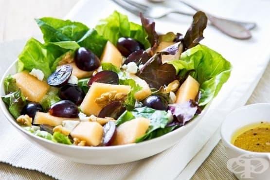 Плодова салата от пъпеш и грозде със сирене фета - изображение
