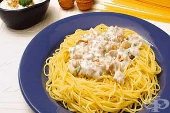 Спагети с орехов сос, гъби и чесън - изображение