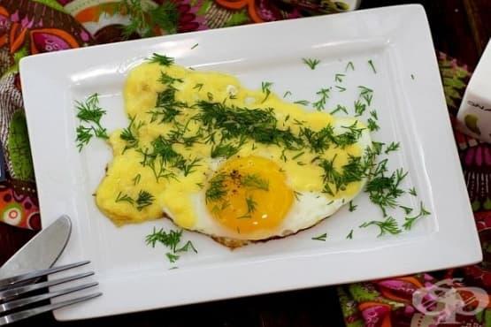 Яйца на очи с кашкавал и копър - изображение