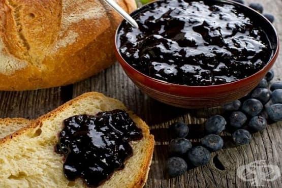 Сладко от черни боровинки с мед и ром - изображение