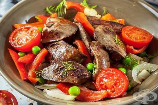 Салата от сварени пилешки дробчета с маринован лук и зеленчуци - изображение