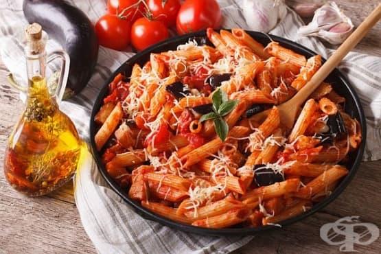 Макарони със сирене Пекорино, патладжани, домати и чесън - изображение