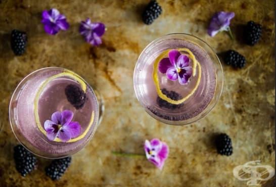 Коктейл със спрайт, джин и къпини - изображение