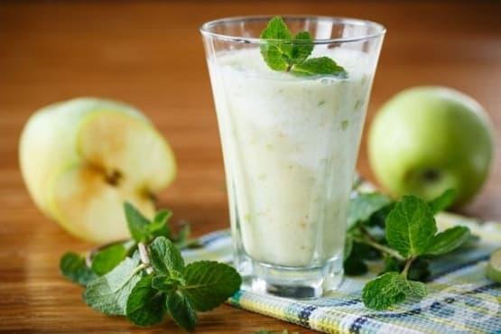 Ябълково смути с бадемово мляко, кашу и канела - изображение
