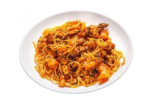 Спагети с рикота, доматен сос и пържени патладжани - изображение
