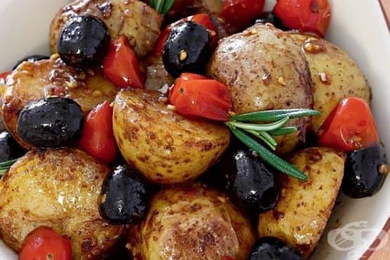 Топла салата от пресни картофи с чери домати, маслини и чесън - изображение