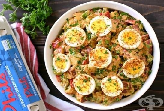Картофена салата с яйца, зеленчуци и бекон - изображение