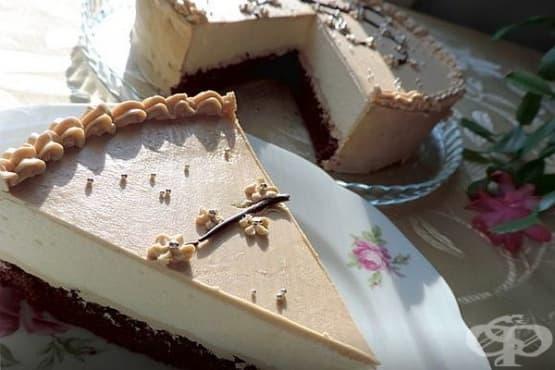 Торта Капучино с белтъчено суфле, маслен крем кафе и шоколадов блат - изображение