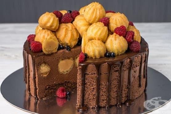 Шоколадова суфле-торта с карамелени профитероли - изображение