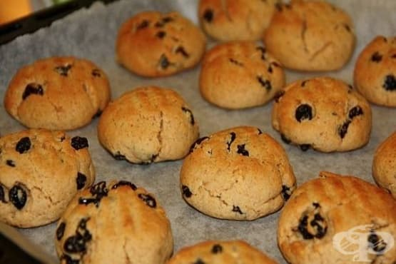 Пясъчни бисквитки с орехи и стафиди - изображение
