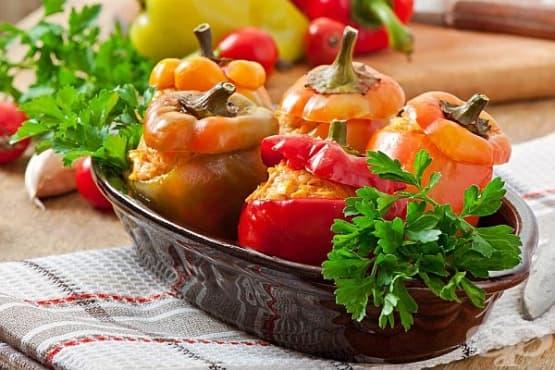 Пълнени чушки с кълцано месо и царевица - изображение