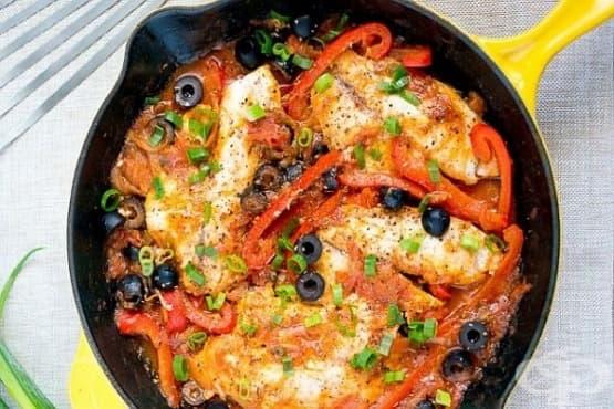 Тилапия с домати, маслини и бяло вино - изображение