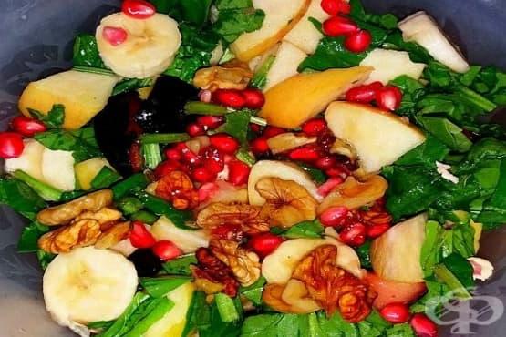 Есенна плодова салата със спанак, орехи и мед - изображение