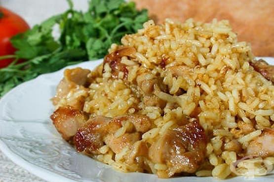Пилешко филе с ориз и къри сос - изображение
