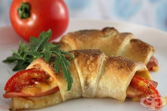 Бутер кроасани с шунка, кашкавал и домат - изображение