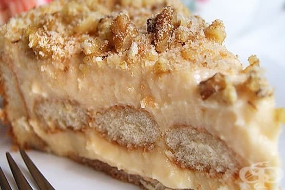 Бишкотена торта с яйчен крем, плодов сироп и орехи - изображение