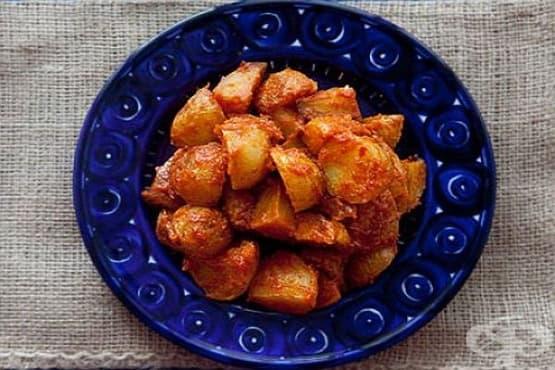 Печени картофи в пикантен доматен сос с чесън и бяло вино - изображение