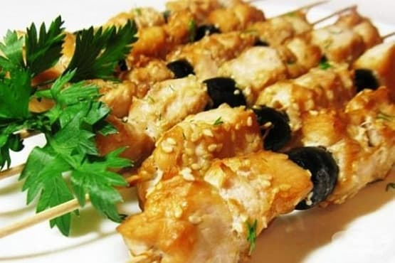 Пилешки шишчета с маслини и сусам в соева марината - изображение