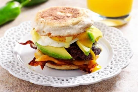 Хамбургер с телешко кюфте и лют сос Холандез - изображение