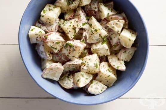 Картофена салата с майонезен дресинг и селъри - изображение