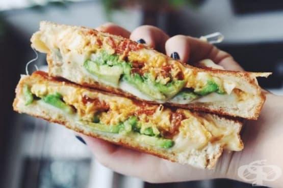 Сандвич с авокадо, яйца и сирене чедър - изображение