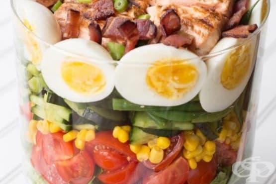 Богата салата с яйца, сьомга и зеленчуци - изображение
