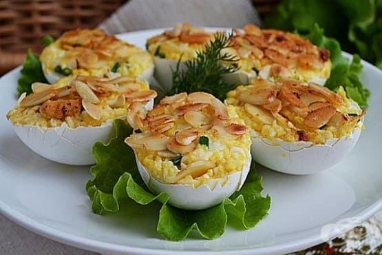 Пълнени яйца с топено сирене и бадеми - изображение