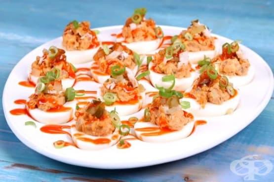 Пълнени яйца с пилешко месо и кисели краставички - изображение