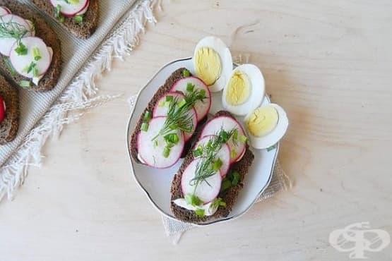 Ръжени сандвичи с репички и сварени яйца - изображение
