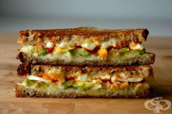 Запечен сандвич с авокадо, сирене гауда и лют сос - изображение