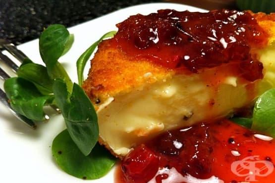 Панирано сирене Камамбер с хрупкава коричка и боровинков сос - изображение