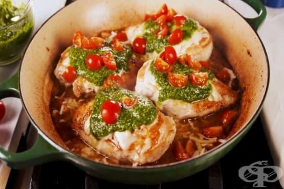 Пилешко филе с песто, чери домати и винен сос - изображение