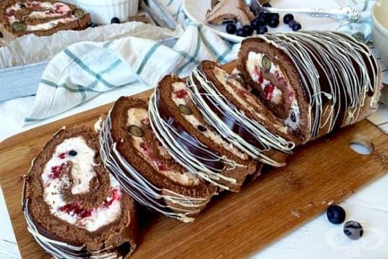 Шоколадово руло с малини, боровинки и маскарпоне - изображение