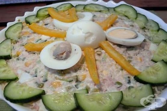Риба тон с ориз, царевица и грах - изображение