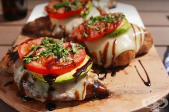 Пиле на грил по калифорнийски с авокадо и домати - изображение